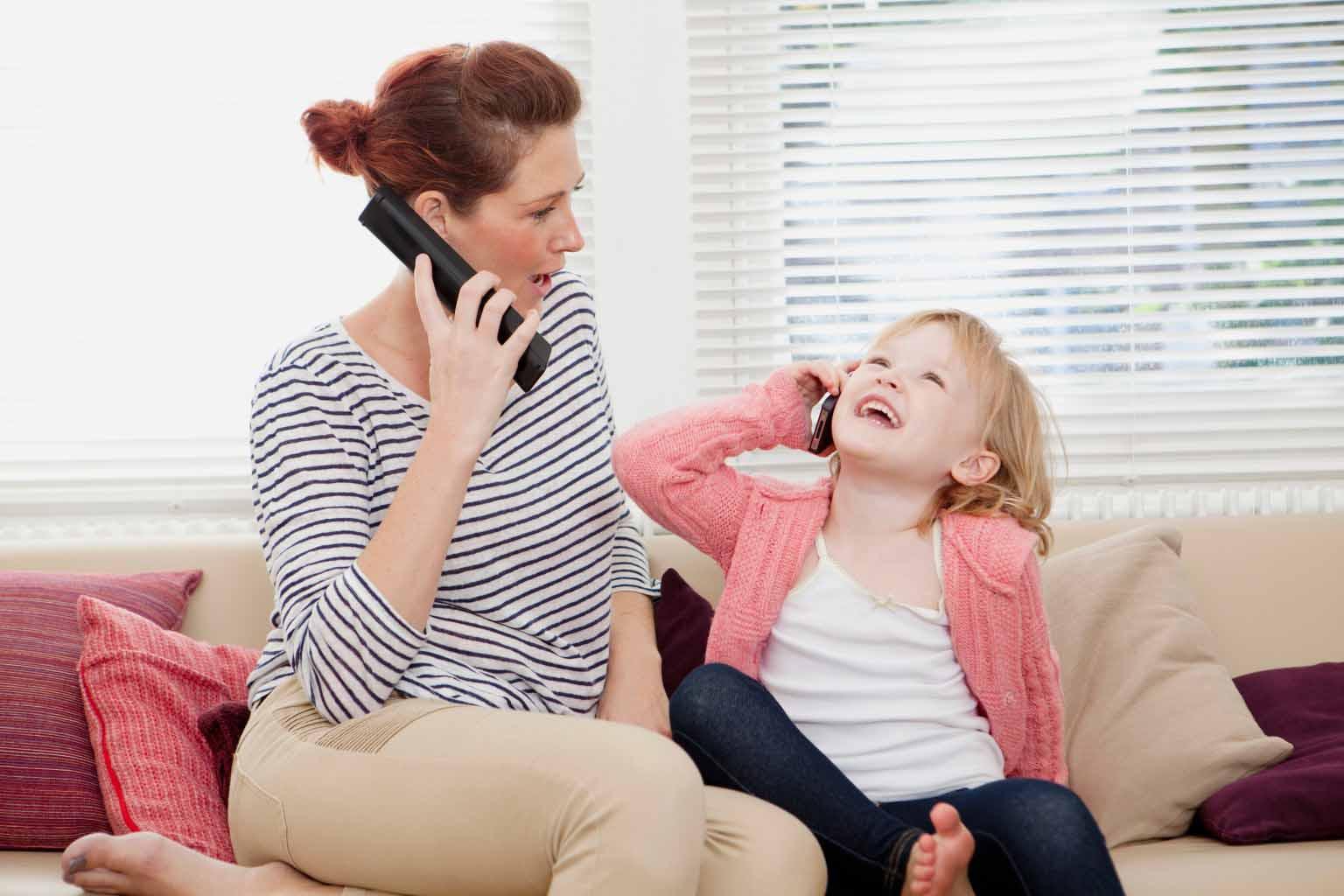 Trẻ thích bắt chước bố mẹ
