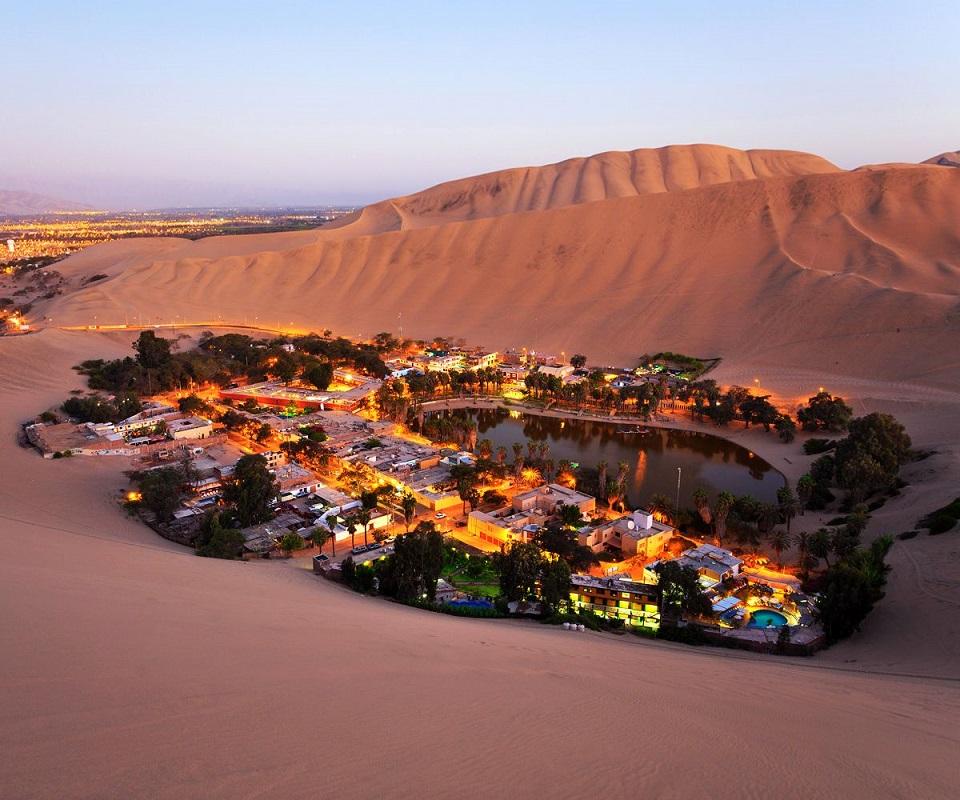 Ngôi làng Huacachina nằm trên sa mạc - Peru