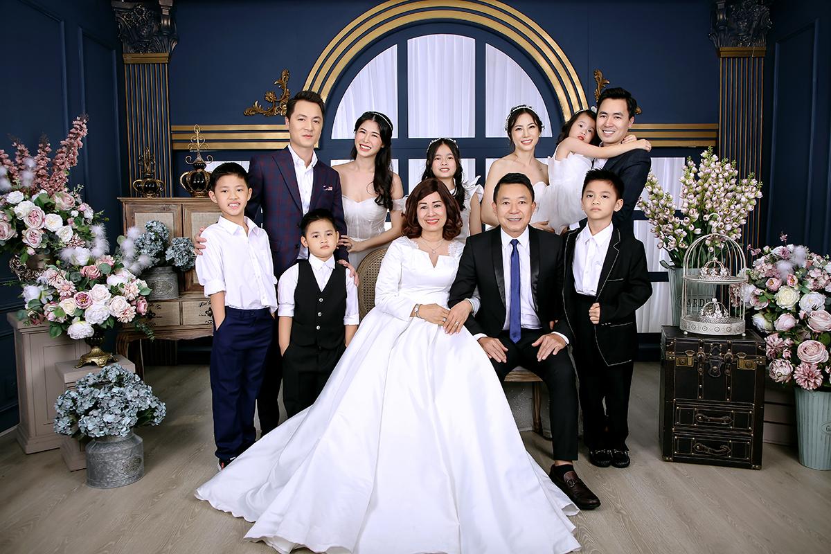 Đại gia đình hạnh phúc Chụp ảnh kỷ niệm 40 ngày cưới của bố mẹ ca sỹ