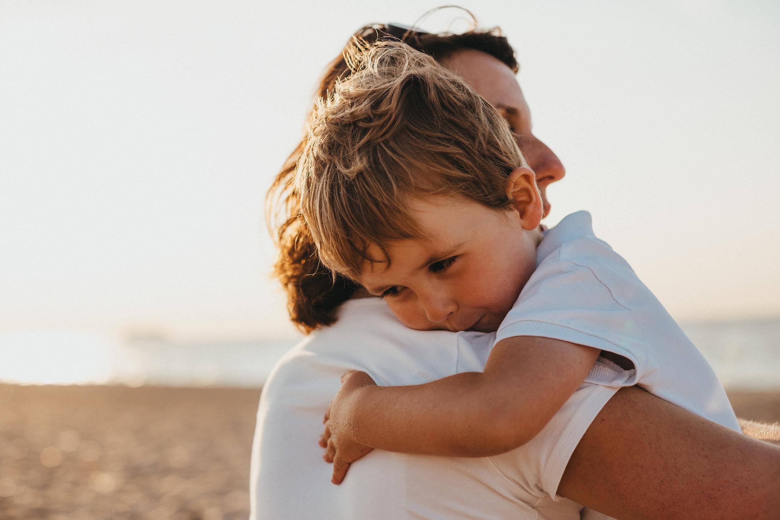 Nên ôm và âu yếm con