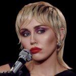 """Ngộ nghĩnh: 8 bài hát nổi tiếng toàn cầu lại có ca từ """"lãng xẹt"""""""