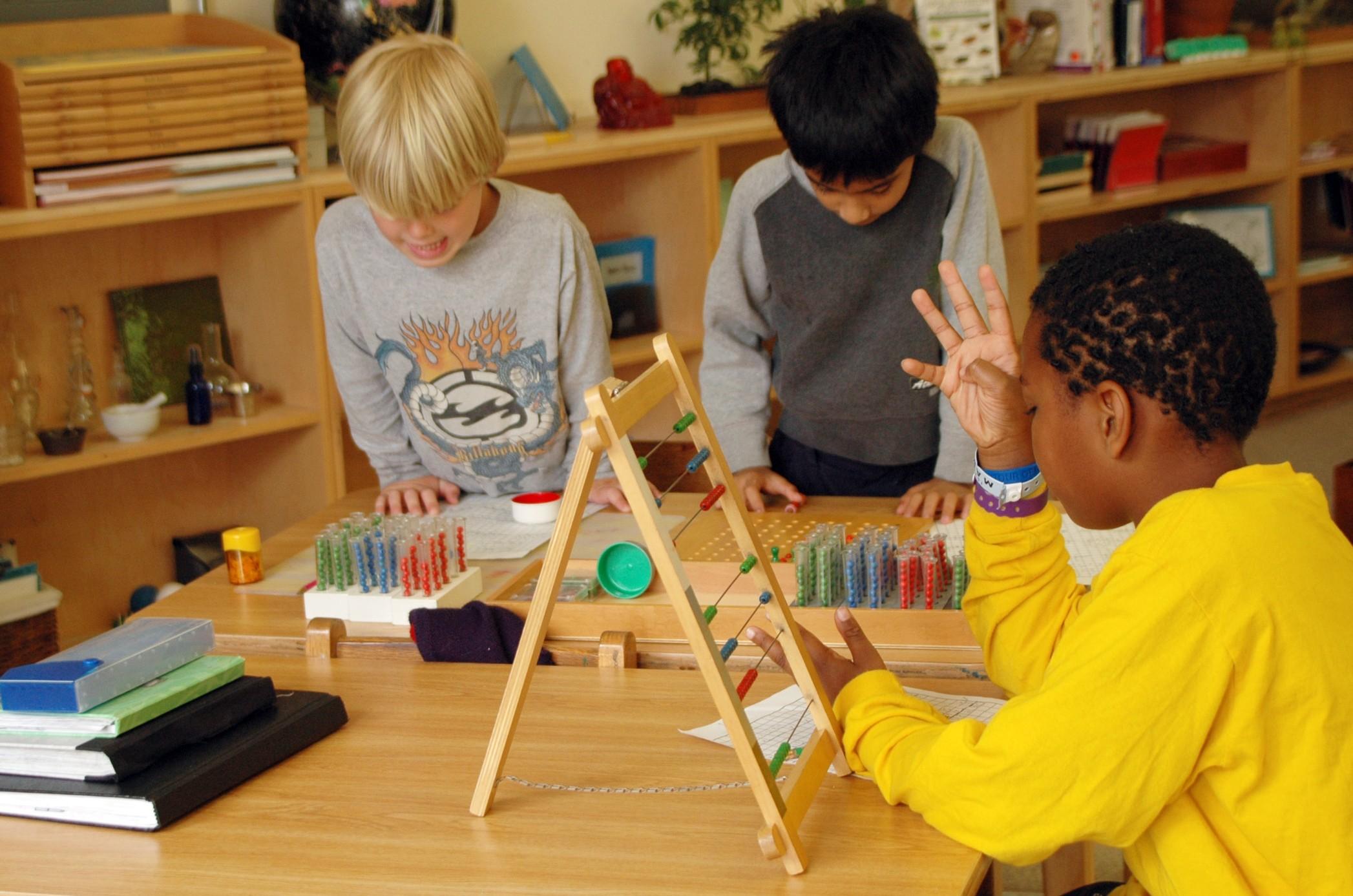 Sử dụng các vật dụng phù hợp với trẻ