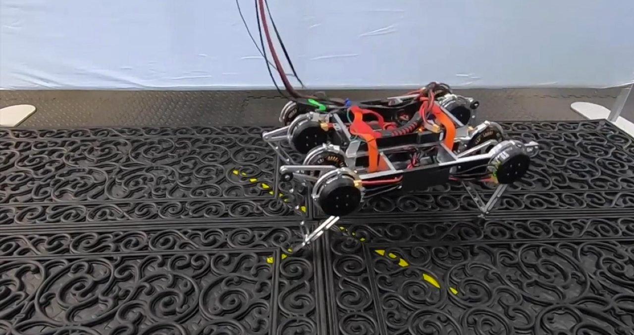 Rainbow Dash đã sử dụng công nghệ này để học cách đi bộ trong môi trường vật lý thực tế